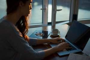 vrouw heeft last van werkstress