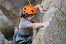 vrouw met doorzettingsvermogen die aan het klimmen is