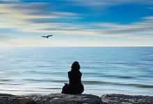 Vrouw die aan het mediteren is.