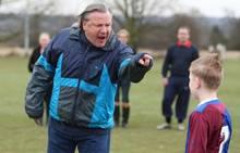 narcistische vader schreeuwt tegen kind op voetbalveld