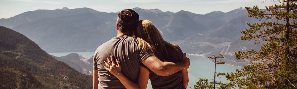 Man en vrouw die genieten van het uitzicht