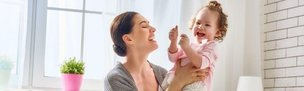 Vrouw die een lachend kind vasthoudt