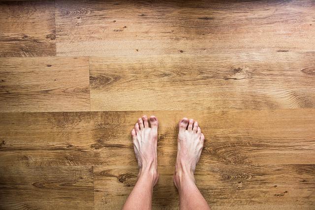 Blote voeten op de vloer