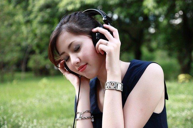 Vrouw die muziek aan het luisteren is