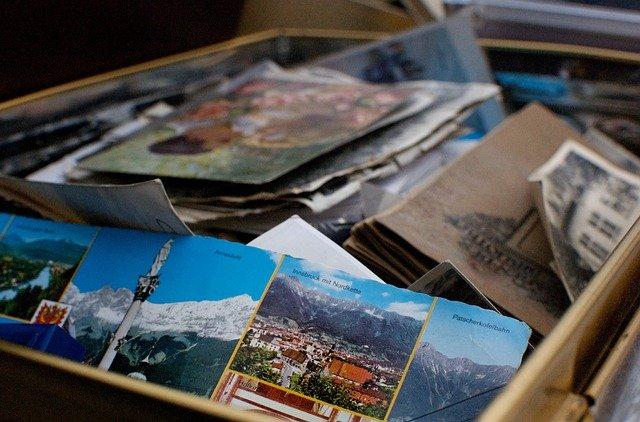 Doos met verschillende kaarten en brieven