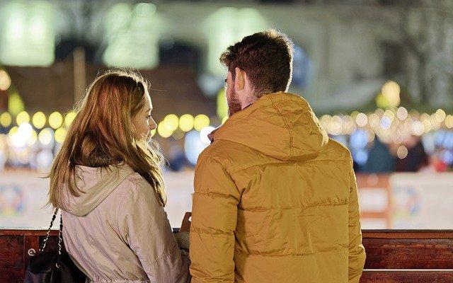 Man en vrouw die praten