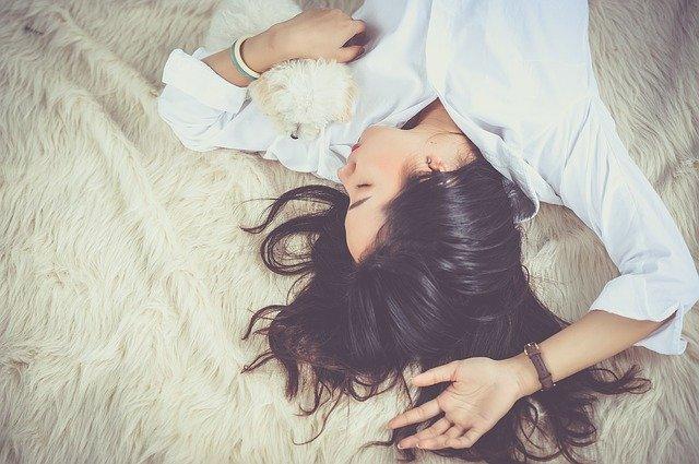 Vrouw die relaxed op een deken ligt