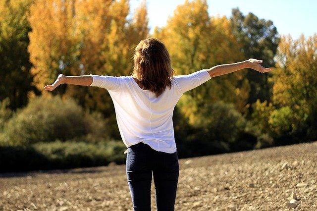 Vrouw die opgelucht en blij is
