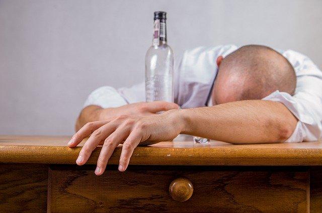 Man met alcohol-verslaving die slaapt op tafel