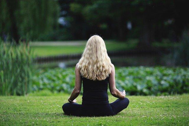 Vrouw die mediteert in de natuur