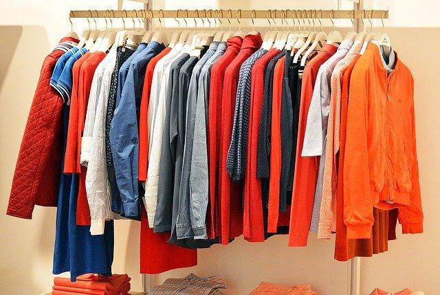 Rek met shirts en blouses