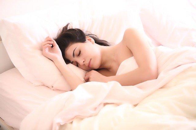 Vrouw die in bed slaapt