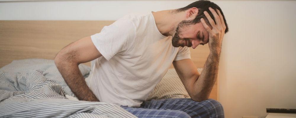 Man die wakker wordt met hoofdpijn