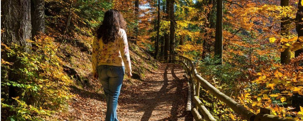 Vrouw die door het bos loopt
