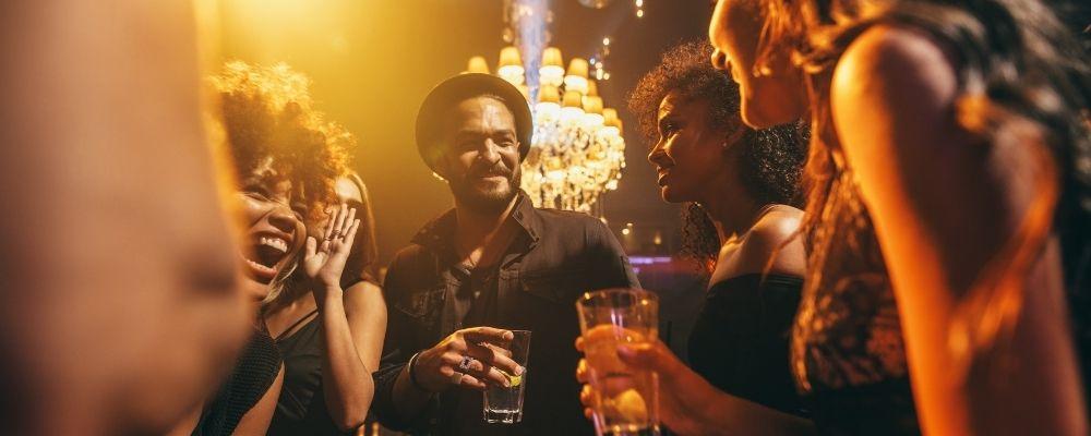 Oorsuizen door alcohol of muziek