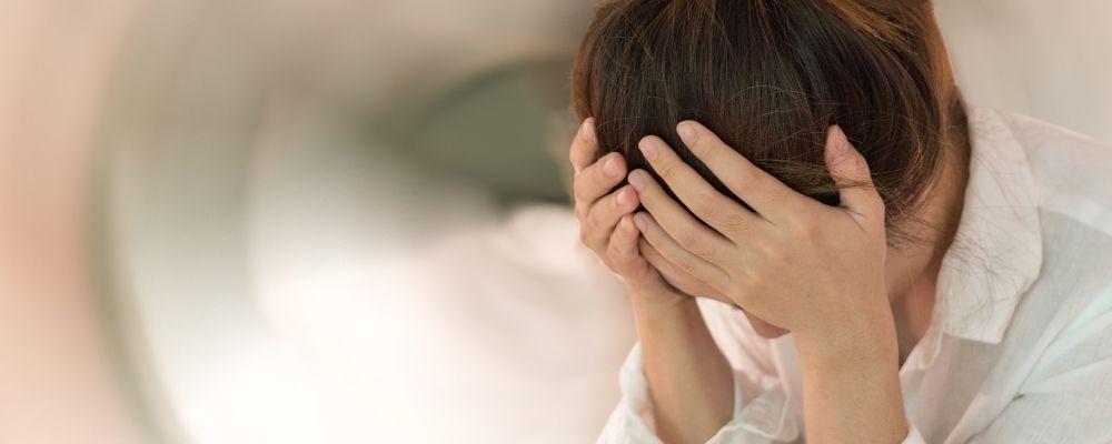 Vrouw met last van oorsuizen