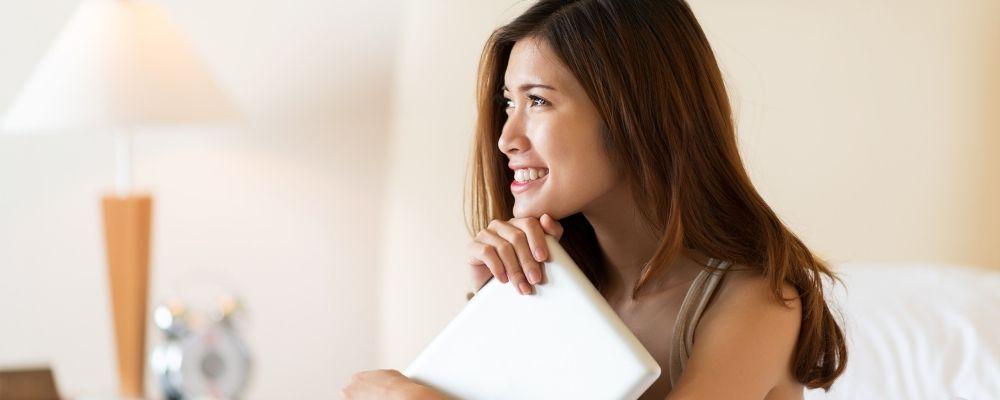 Vrouw die positief denkt