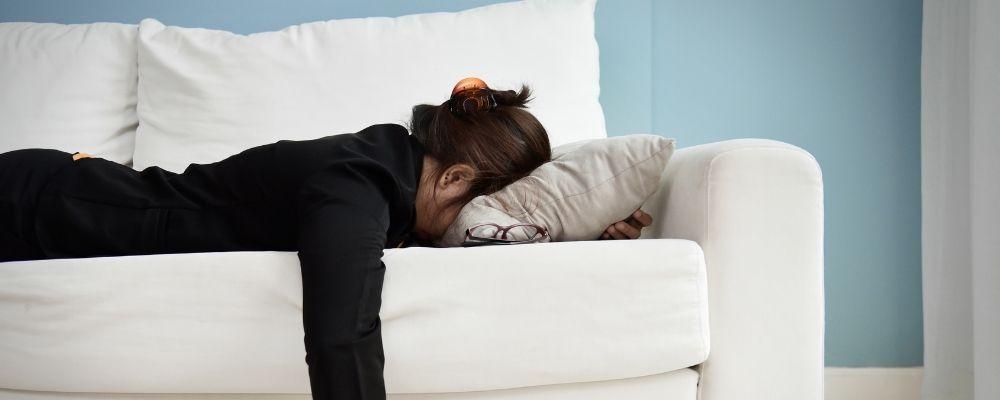 Overspannen vrouw moet rusten