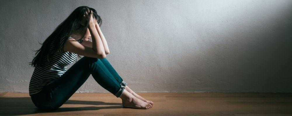 Vrouw met depressief gevoel door overspannenheid