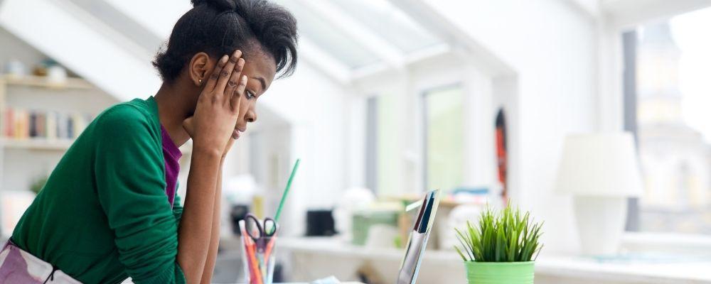 Vrouw zonder concentratie door overspannenheid