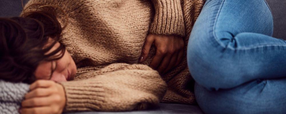 Overspannen vrouw met buikpijn