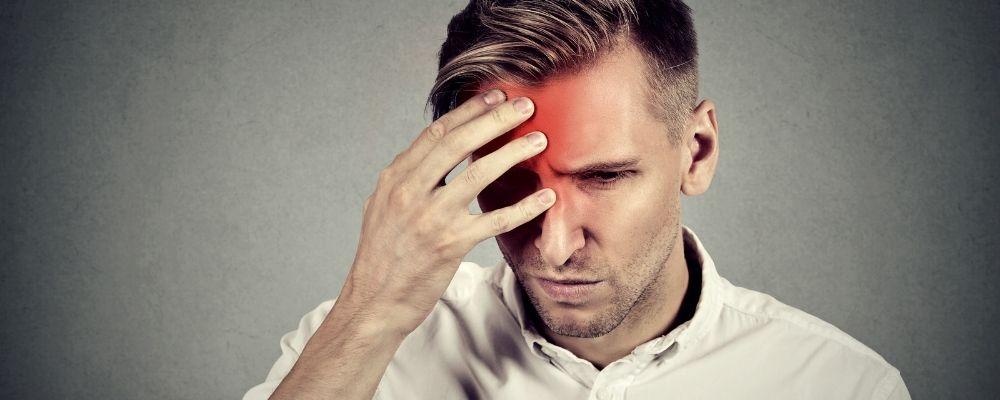 Overspannen man met hoofdpijn