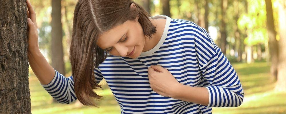 Overspannen vrouw met hartkloppingen
