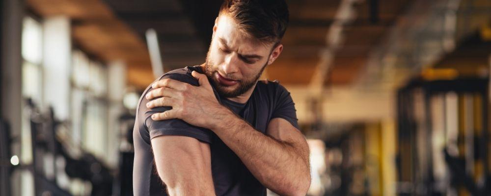 Overspannen man met spierpijn