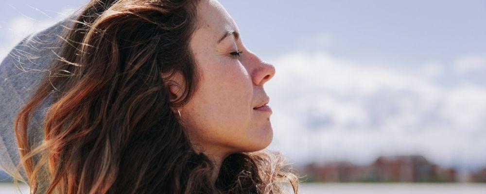 Vrouw die ademt en denkt voordat ze uitbarst