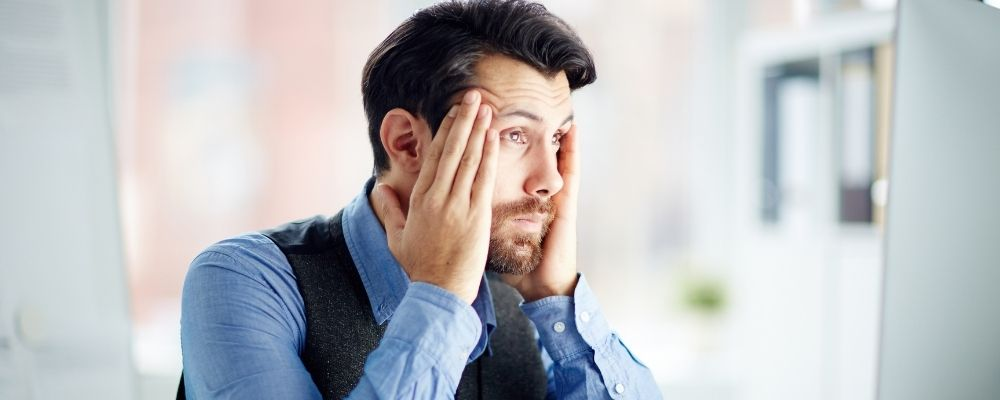 Man met overspannenheid symptomen