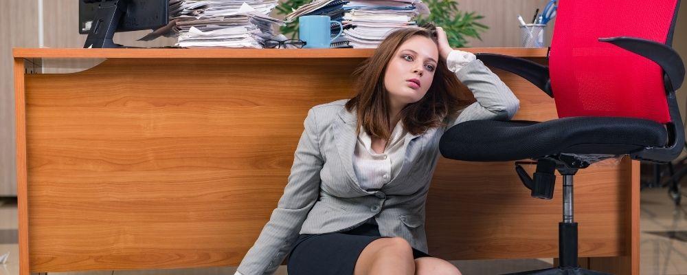 Vrouw met overspannenheid symptomen