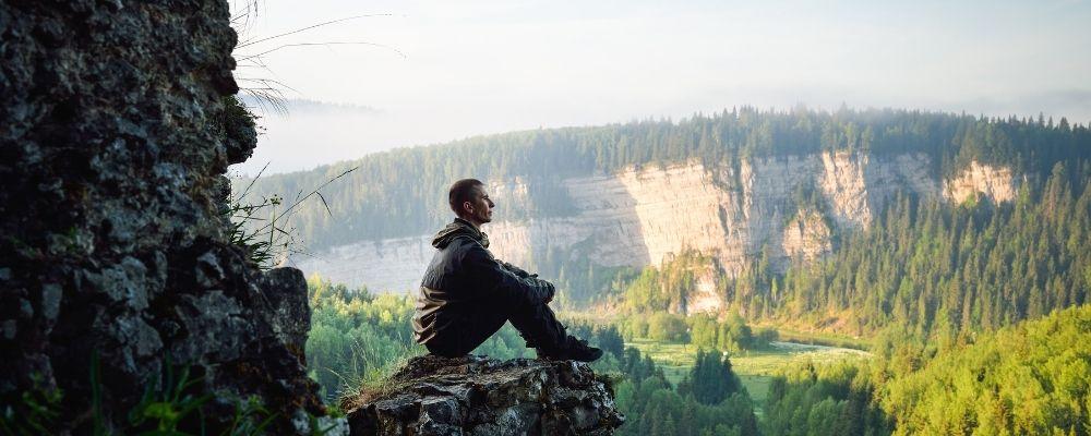 Man die voor zich uit kijkt in een berggebied