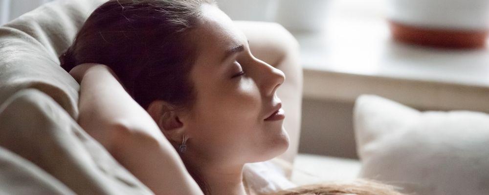 Vrouw die door ontspannen haar woede inhoudt