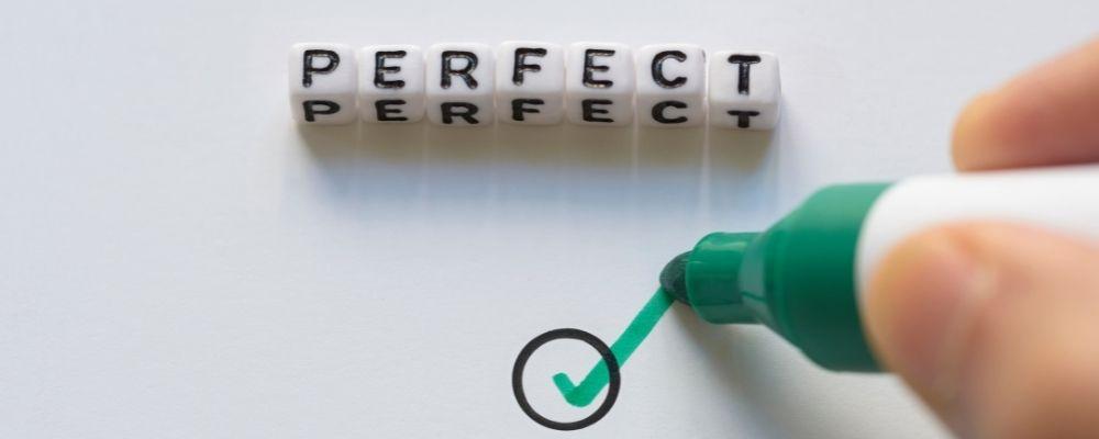 Persoon zet vinkje onder het woord perfect