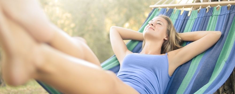 Vrouw relaxt in een hangmat