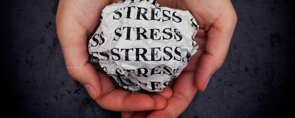 Bal papier met stress erop in handpalmen
