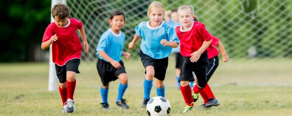 Kinderen die voetballen