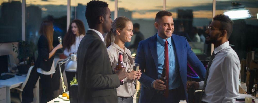 Mensen die praten tijdens bedrijfsfeest