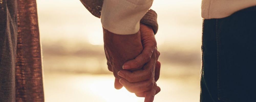 Twee mensen die handen vasthouden