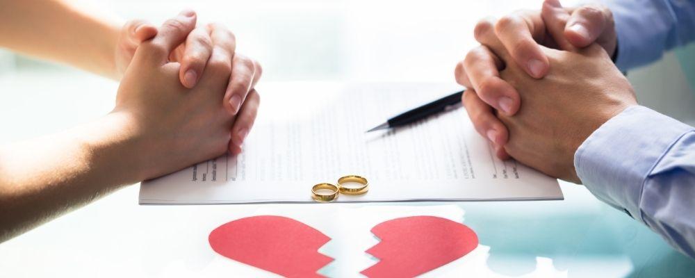 Man en vrouw gaan scheiden