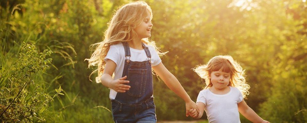Twee zusjes lopen hand in hand