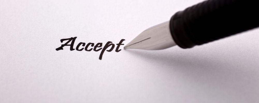 Pen schrijft het woord accept op papier