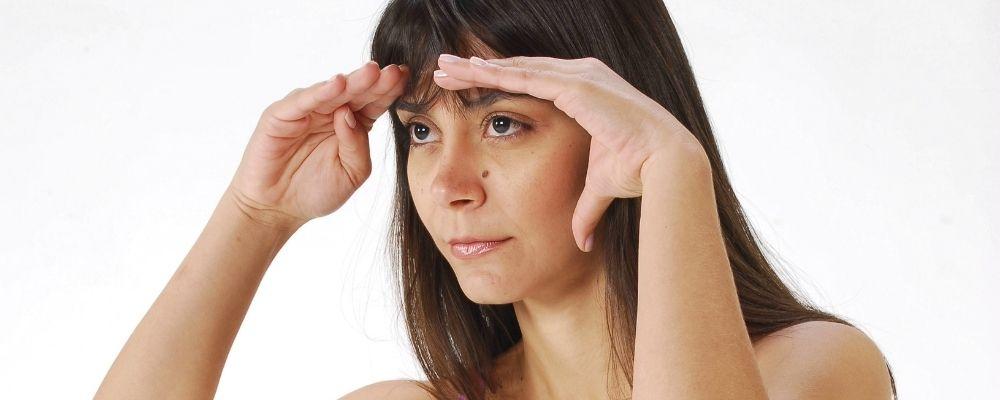 Vrouw gebruikt handen om verder te kijken