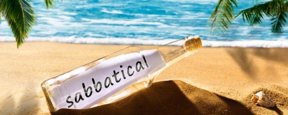 Fles aan het strand met sabbatical erin