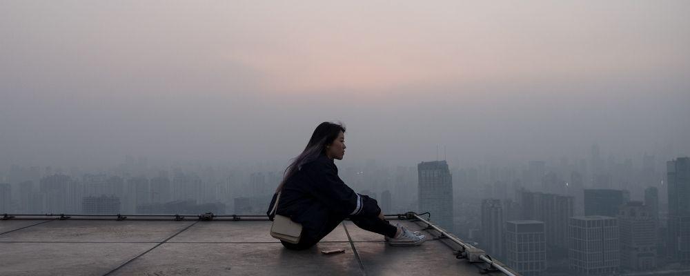 Vrouw zit alleen door onthechting en sociale isolatie