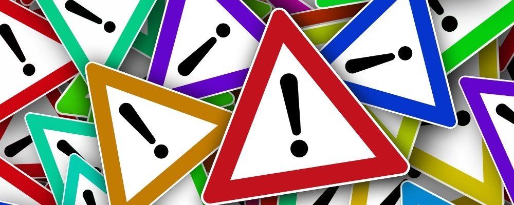Verschillende gekleurde waarschuwingsborden
