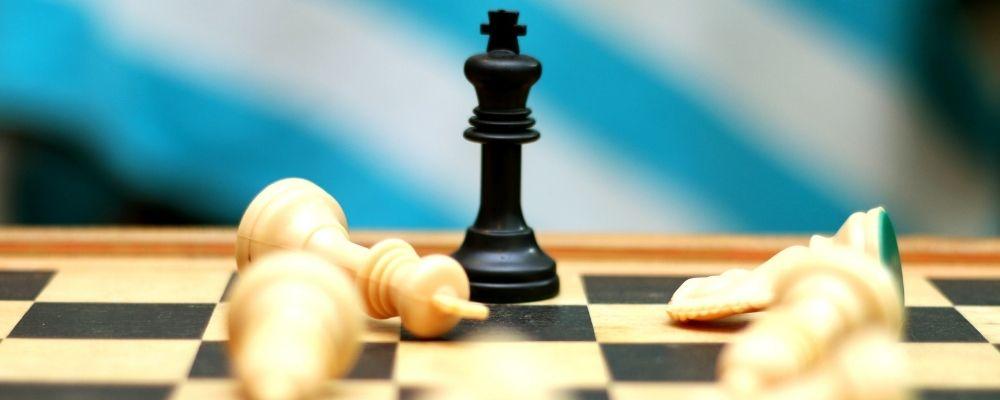 Schaakbord met een staande koningin