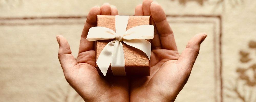 Handen die een cadeautje vasthouden