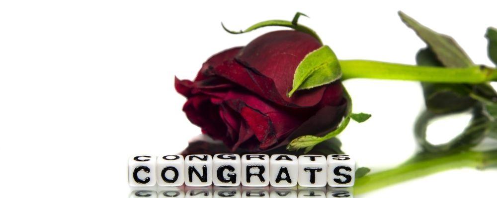 Narcist die je feliciteert met een roos