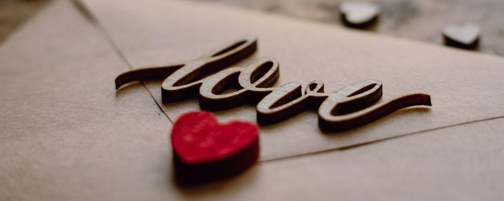 Love geschreven op een envelop